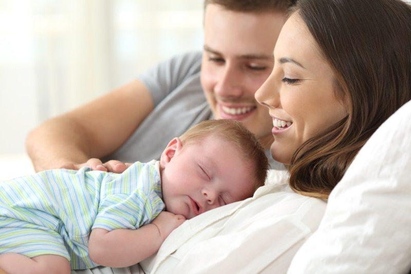 Мама папа и спящий ребенок