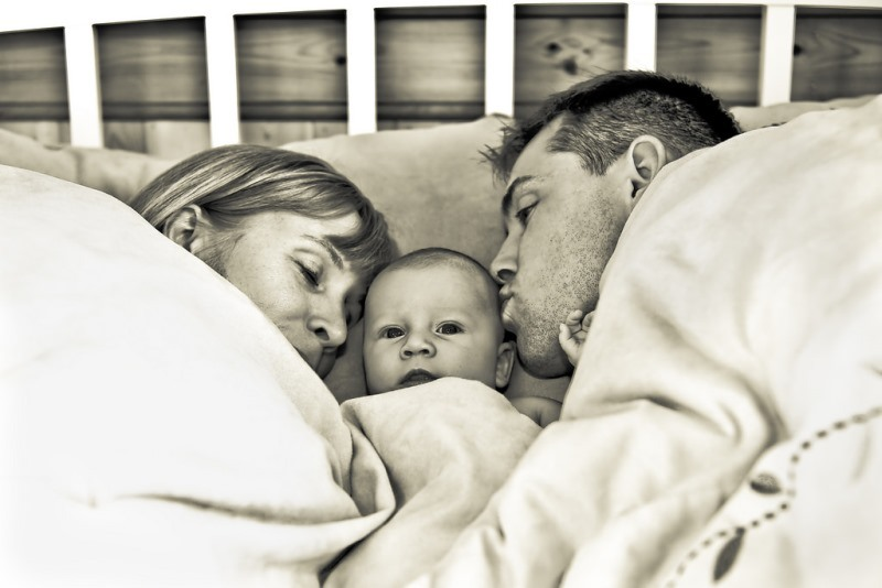 Мама и папа с ребенком ложатся спать