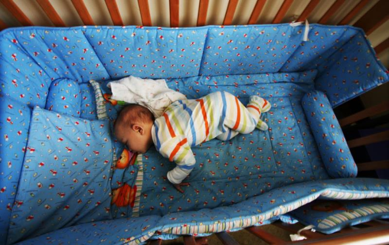 Спящий ребенок в кроватке