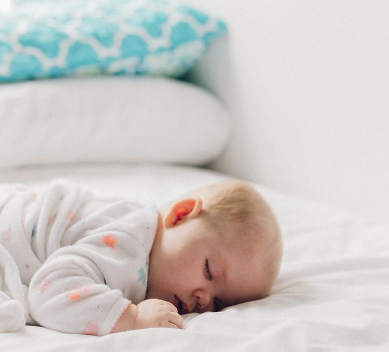 Малыш спит без подушки