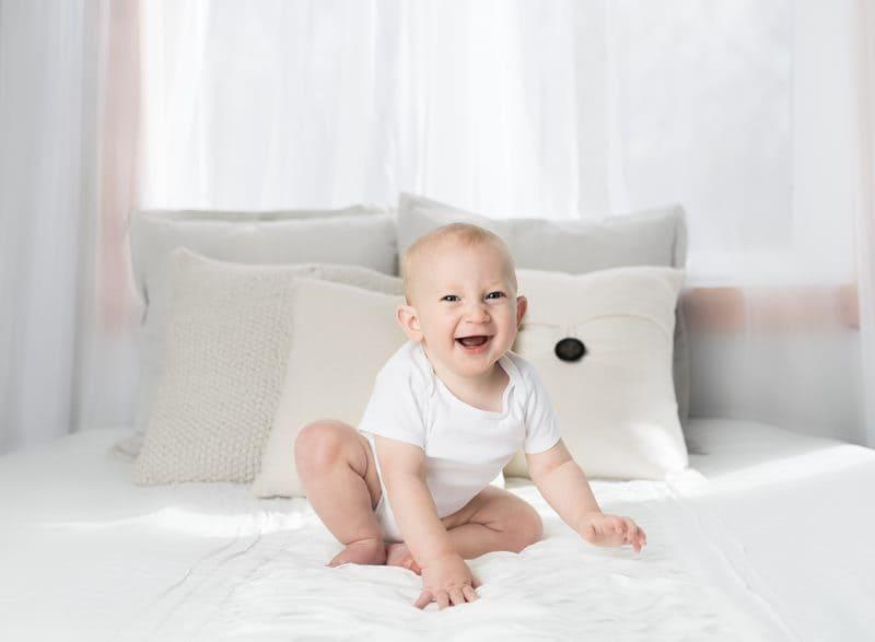 Ребенок на кровати с подушками
