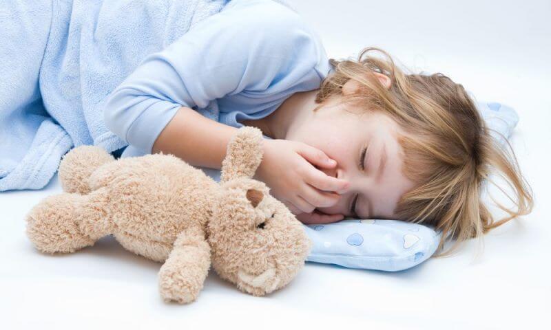 Девочка кашляет во сне