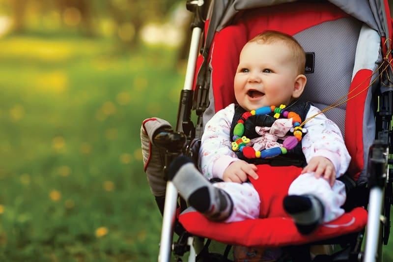 Малыш в коляске с игрушкой
